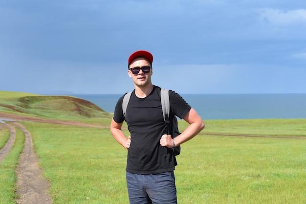 Russische toerist op het pad van de kaap kharantsy op het eiland olkhon, rusland