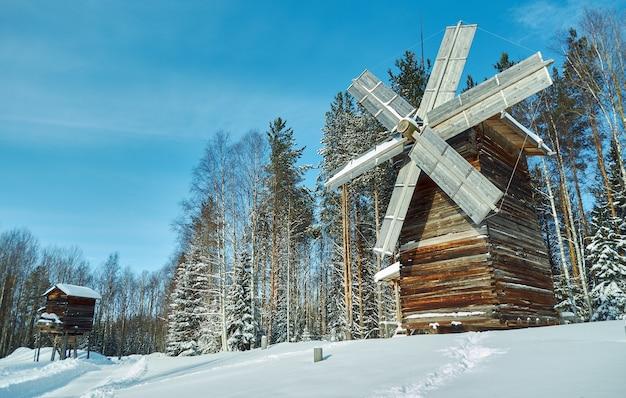 Russische traditionele houten molen in het dorp malye karely
