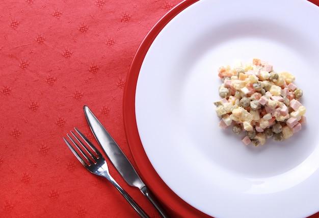 Russische traditionele salade olivier geserveerd voor nieuwjaarsfeest