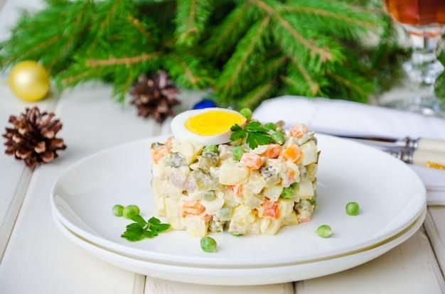 Russische traditionele salade olivier met groenten en vlees voor nieuwjaar en kerstmis