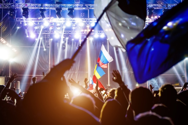 Russische vlag bij het concert tegenover het licht van het podium