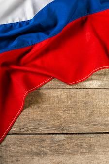 Russische vlag op een houten tafel.