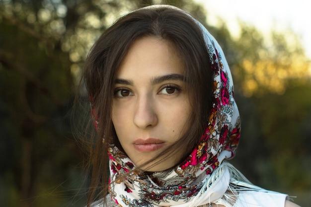 Russische vrouw in sjaal op haar hoofd