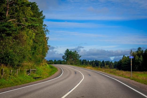 Russische wegen in karelië. reizen over de weg. asfaltweg. vlotte weg