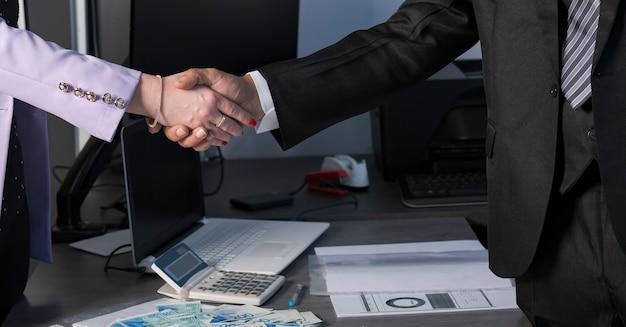 Russische zakenlieden schudden handen na het succesvol afronden van de investering en het contract op kantoor in israël