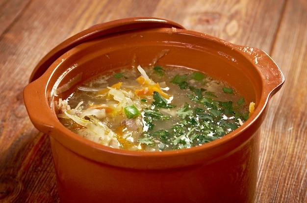 Russische zuurkool soep stchi witte kool in de braadpan