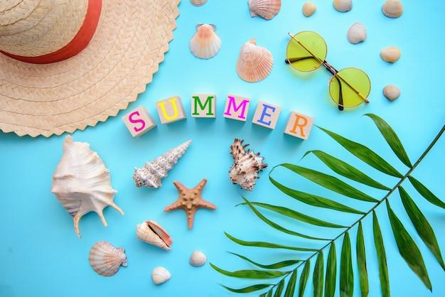 Rust op de zee met het opschrift zomer samengesteld uit kubussen