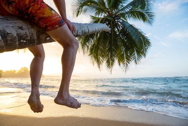 Rust op het tropische strand
