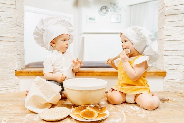 Rusteloze schattige blanke groezelige twee-jarige kinderen broer en zus