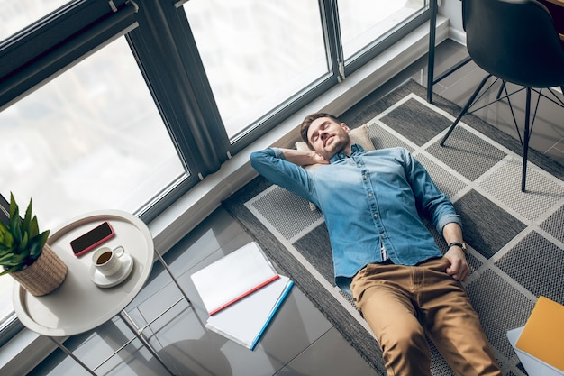 Rusten. bovenaanzicht van een man die rust na een werkdag