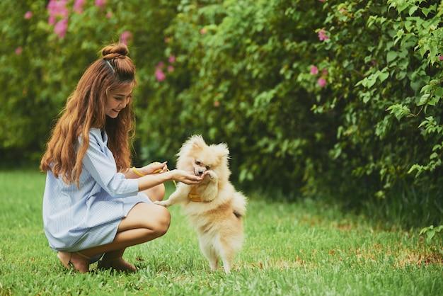 Rusten met hond in park