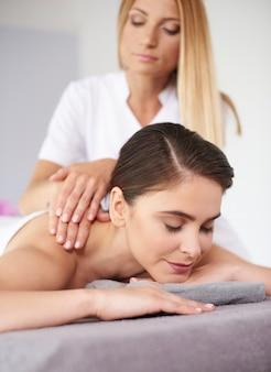 Rustende vrouw tijdens de massage
