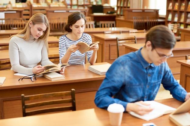 Rustgevende omgeving van bibliotheek