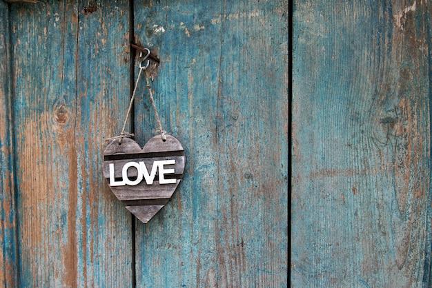 Rustic love teken op een oude blauwe verweerde deur
