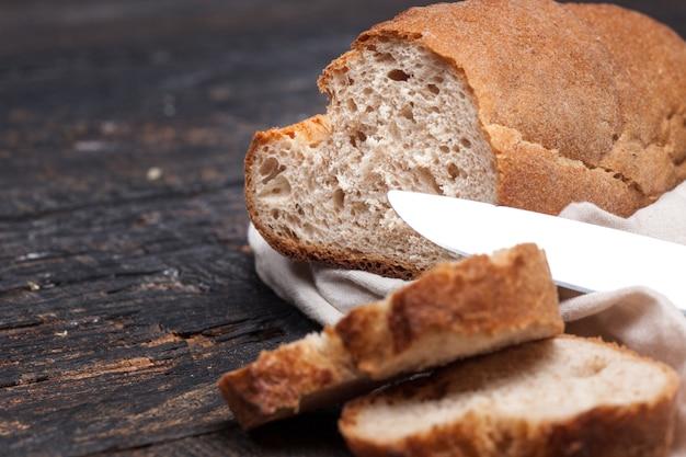 Rustiek brood op houten tafel. donker houtachtig met vrije tekstruimte.