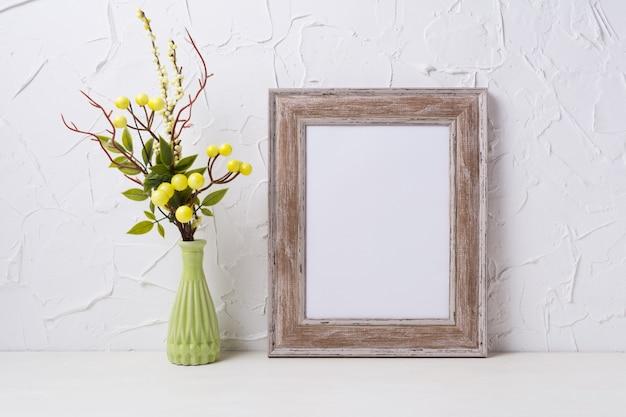 Rustiek houten frame mockup met groene vaas