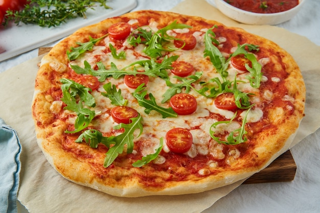 Rustiek italiaans huisgemaakt pizzadeeg margherita overgoten met pizzasaus
