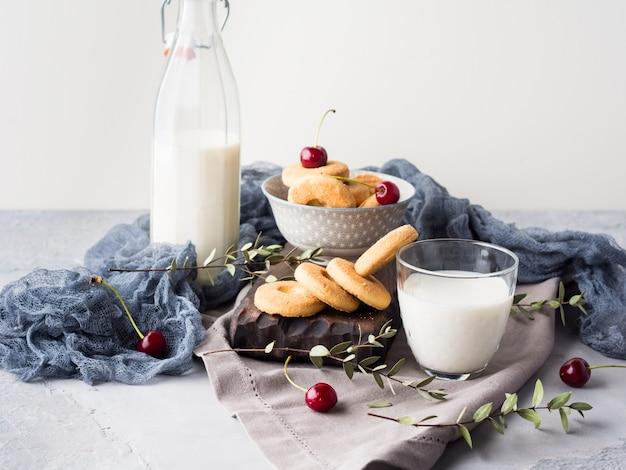 Rustiek stilleven met melk en koekjes. zomer ontbijt