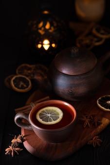 Rustiek stilleven met zwarte thee in een kleikop