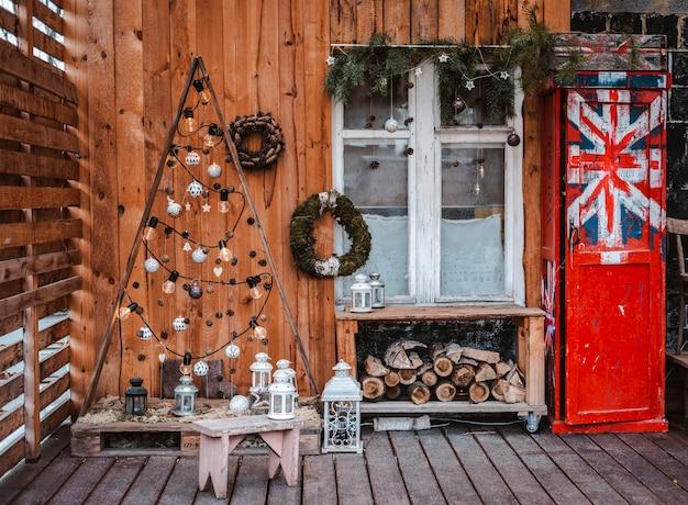 Rustiek terras is voor kerstmis versierd met natuurlijke materialen