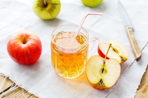 Rustieke achtergrond met appels en appelsap in glas