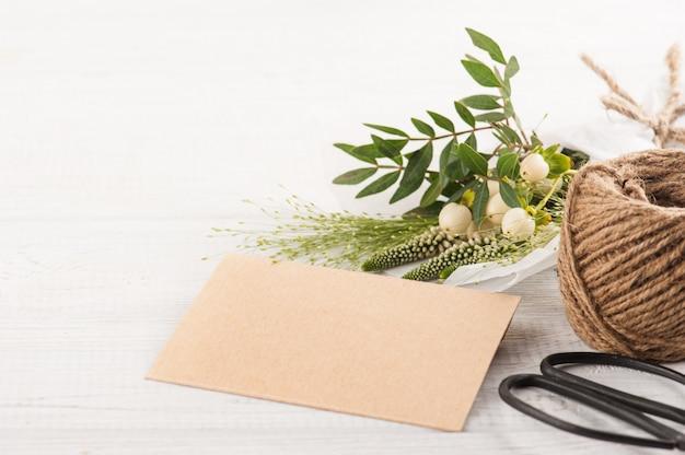Rustieke ambachtelijke envelop met wilde bloem