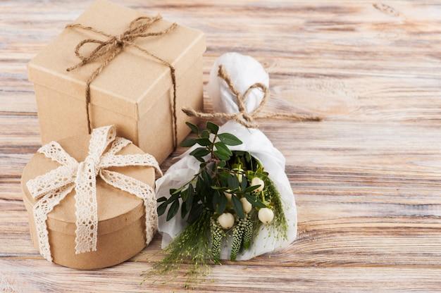 Rustieke ambachtelijke geschenkdozen met wilde bloemen