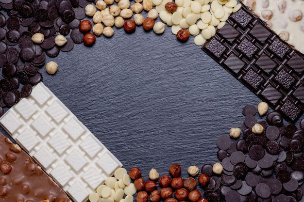 Rustieke banner met luxe handgemaakte chocolaatjes en drie soorten chocolade met vignet en kopie ruimte.