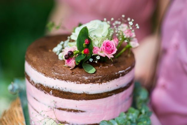 Rustieke bruidstaart versierd met verse bloemen