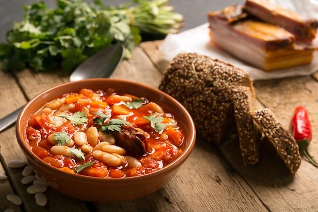 Rustieke bruine bonensoep met bonen en wortel