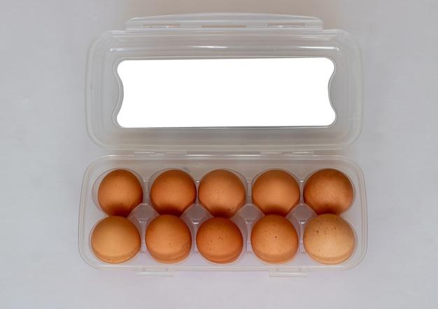 Rustieke bruine eieren in een plastic zak eierverpakking op een witte achtergrond