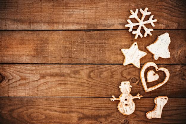 Rustieke decoratieve kerstmis, kerstmisornament op houten achtergrond.