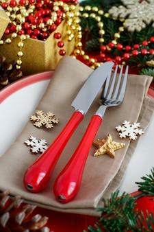 Rustieke feestelijke tafel met mes en vork