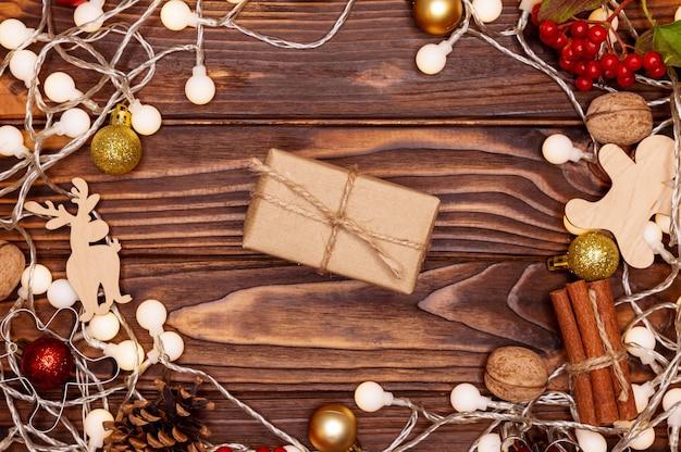 Rustieke geschenkdoos op houten achtergrond. kerstcadeau op een houten bord