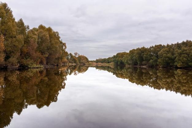 Rustieke herfst vijver in bewolkt weer