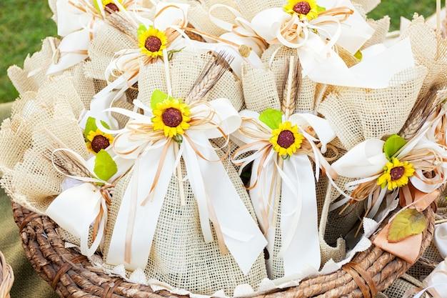Rustieke huwelijksgunsten met zonnebloemen