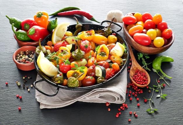 Rustieke, in de oven gebakken groenten met kruiden en kruiden in bakvorm