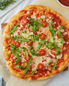 Rustieke italiaanse zelfgemaakte pizza deeg margherita, verticaal