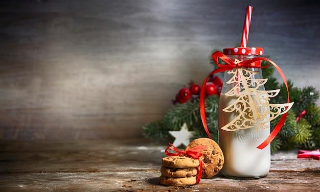 Rustieke kerst achtergrond met melk en koekjes