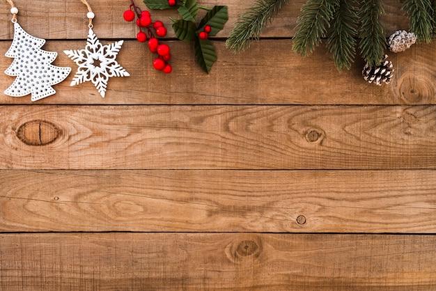 Rustieke kerstmisachtergrond, kerstmisornament met spar en hulstbes op hout