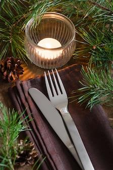 Rustieke kerstmislijst die met kaars plaatst.