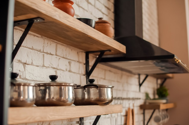 Rustieke keukendetails. lege pannen en pannen in de keuken close-up en kopieer de ruimte.