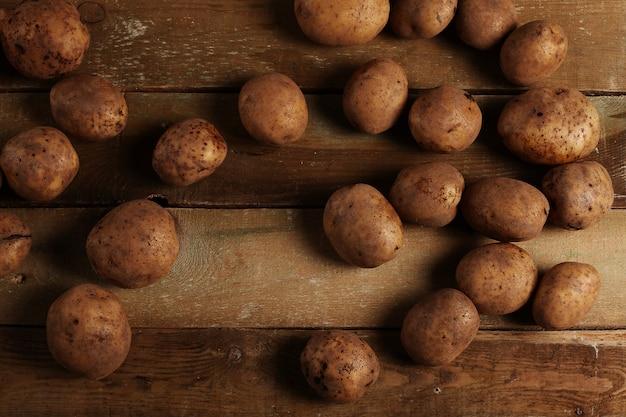 Rustieke ongeschilde aardappelen op een bureau