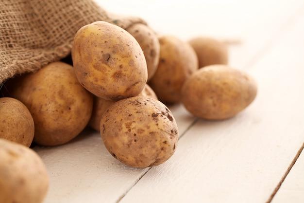 Rustieke ongeschilde aardappelen op een tafel