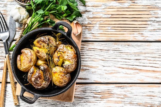 Rustieke oven gebakken aardappelen met rozemarijn. organische groenten