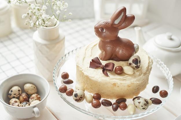 Rustieke pasen-cake met chocoladekonijntjes en eieren.