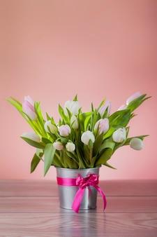 Rustieke pot met witte verse tulpen
