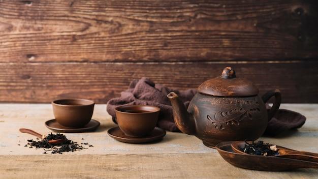 Rustieke set theepot en kopjes vooraanzicht