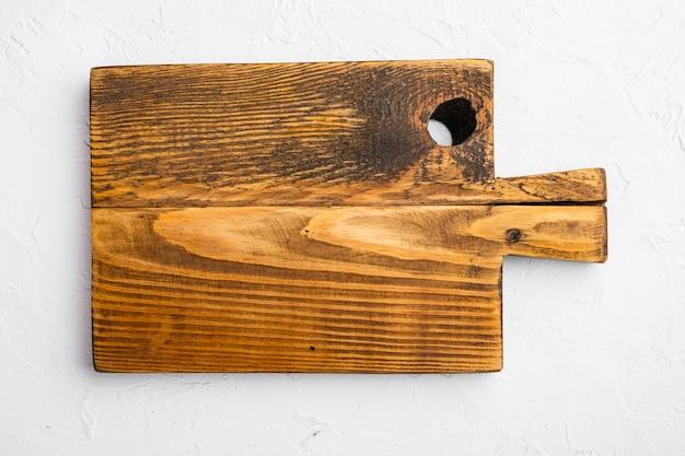 Rustieke snijplankenset, bovenaanzicht plat, met kopieerruimte voor tekst of eten, op witte stenen tafelachtergrond