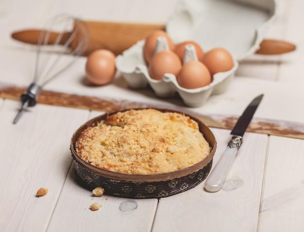 Rustieke stijl van taartappel op wit bureau